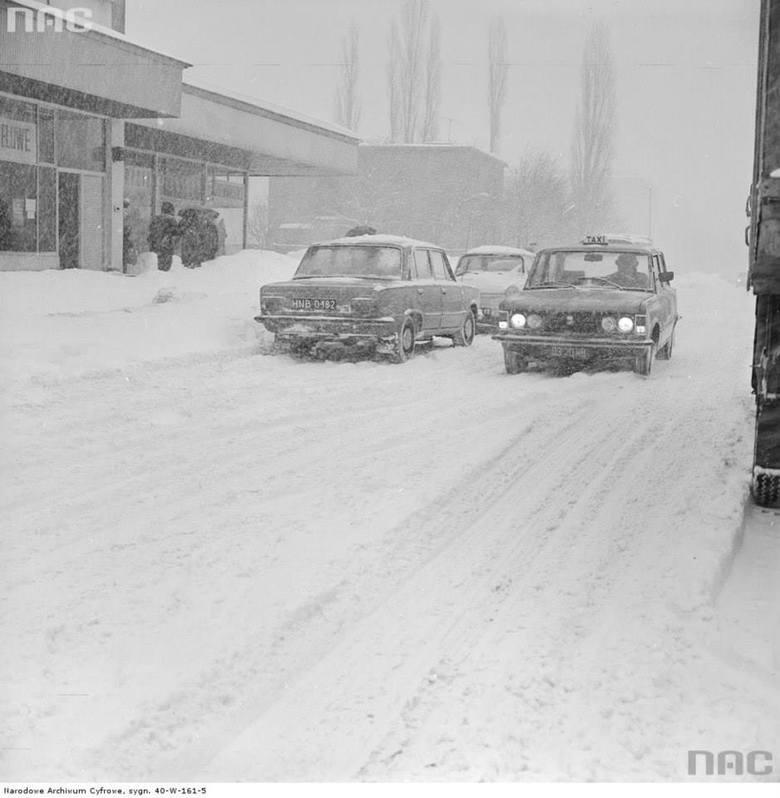 Taksówka Fiat 125p na zaśnieżonej ulicy Malczewskiego