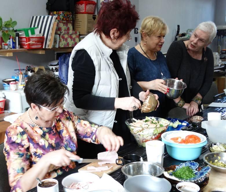Ostatnie marcowe warsztaty to wspólne robienie sałatek. Osadzeni siedzą przy tym stole, ale nie można ich pokazać. Na zdjęciu (od lewej): Irena, Halina,
