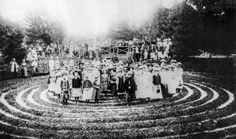 """""""Błędnik urządzony był w pobliżu pomnika Kościuszki. Leżał w zagłębieniu w kształcie koła o promieniu 21 m, które łączy się z zagłębieniem otaczającym"""
