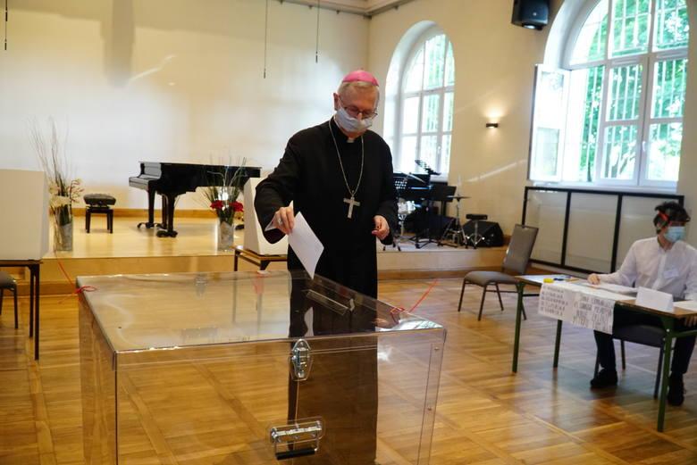 W niedzielę, 28 czerwca w Polsce odbywają się wybory prezydenckie. Jedną z pierwszych osób, która oddała swój głos w wyborach był abp. Stanisław Gądecki,