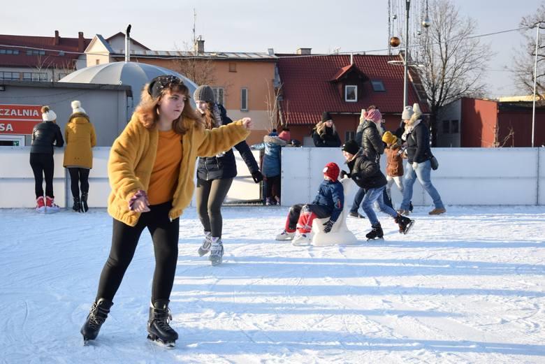 Zabierzów. Lodowisko na Rynku przyciąga dzieci i młodzież. Przychodzą w ramach zajęć szkolnych [ZDJĘCIA]