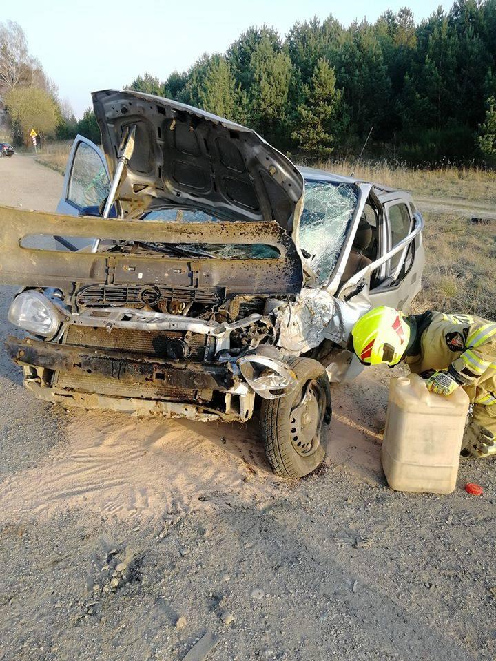 We wtorkowe popołudnie na ulicy Piaskowej w Złocieńcu doszło do wypadku. Samochód osobowy marki Opel uderzył w drzewo. W wyniku zdarzenia trzy osoby