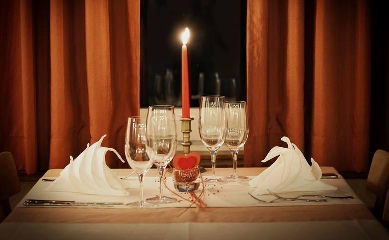<strong>Romantyczna kolacja</strong><br /> Możesz zaprosić swoją Walentynkę na romantyczną kolację. Ale najlepiej samemu przygotować pyszny posiłek. Gwarantujemy, że Wasza druga połowa będzie zachwycona.<br />
