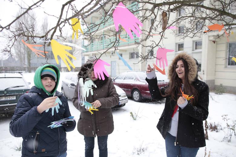 Na zajęciach uczniowie ozdobili drzewo kolorowymi dłońmi z papieru, na których wypisali dobre i złe emocje.