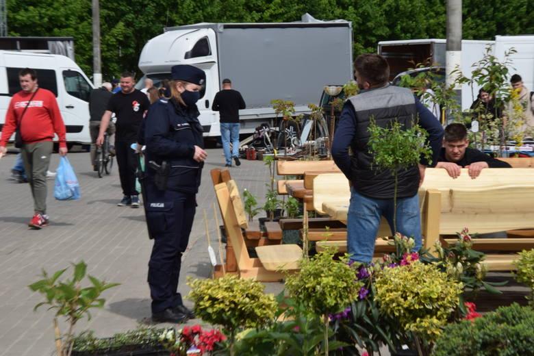 Wiele osób postanowiło spędzić sobotni poranek, 22 maja na giełdzie w Sandomierzu. Większość klientów robiła zakupy na świeżym powietrzu bez maseczek