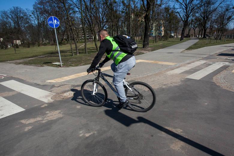 Kierowcy często nie udzielają pierwszeństwa przejazdu rowerzystom. Niebezpiecznie bywa na skrzyżowaniach drogi rowerowej z jezdnią. Trzeba pamiętać,