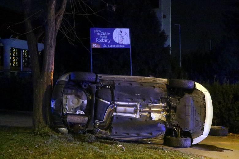 Groźny wypadek na Szczepinie. Samochód wywrócił się na bok i uderzył w drzewo [ZDJĘCIA]