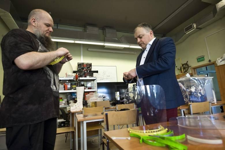 Politechnika Koszalińska produkuje na drukarkach 3D przyłbice dla służb medycznych przydatne w walce z koronawirusem [zdjęcia]