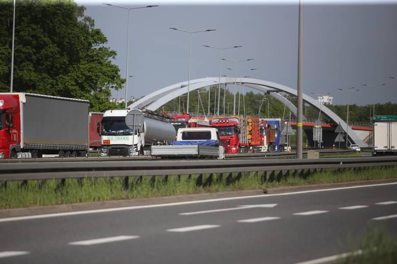Korki na autostradzie A4 w Katowicach w piątek, 22 maja.Zobacz kolejne zdjęcia. Przesuwaj zdjęcia w prawo - naciśnij strzałkę lub przycisk NASTĘPNE