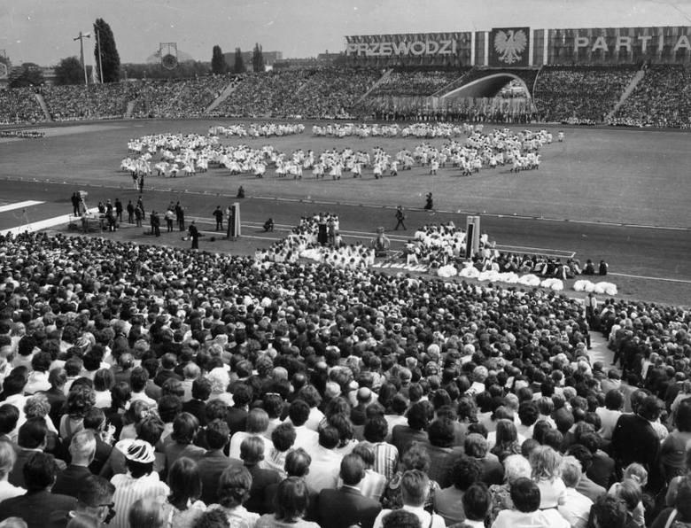 W 1957 roku oddano do użytku rozbudowany stadion im. Edmunda Szyca (wówczas im. 22 Lipca). Sześćdziesięciotysięcznik był wizytówką Poznania. Grali tam