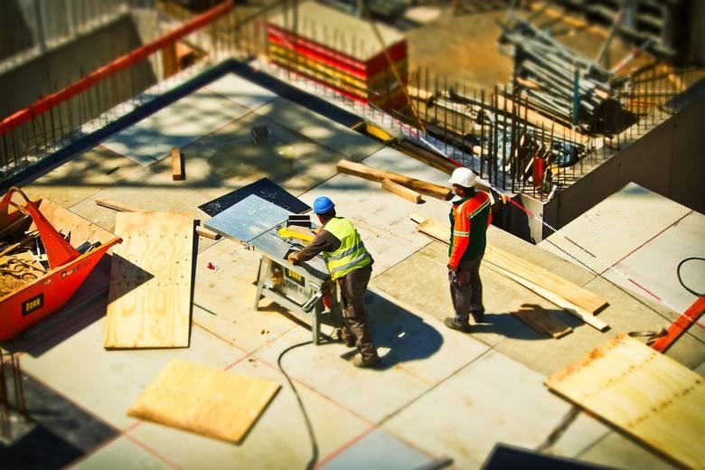 Teoretycznie materiały budowlane i preparaty używane w budownictwie przechodzą testy i muszą mieć odpowiednie atesty. W praktyce jednak okazuje się,