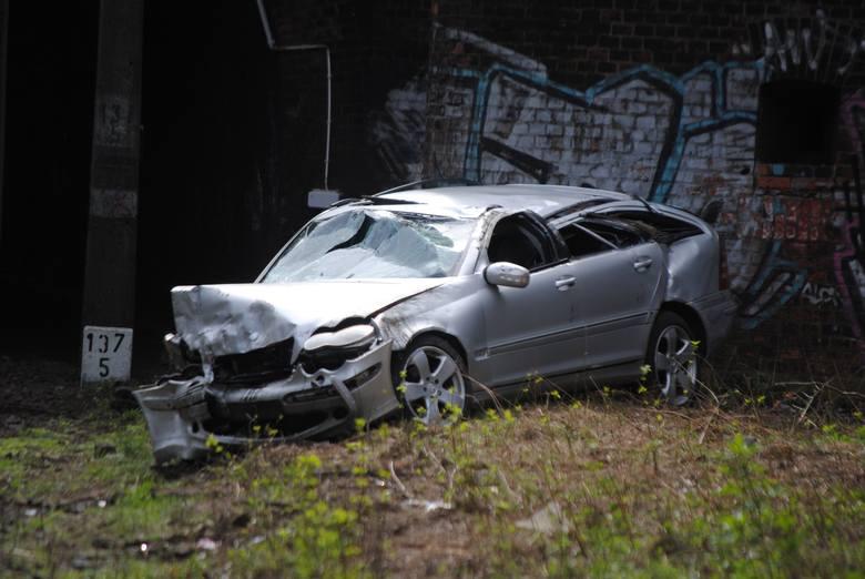 Oglądając wrak mercedesa aż trudno uwierzyć, że w czasie zdarzenia nikomu nic się nie stało. Auto stoczyło się kilka metrów w dół, przebijając wcześniej betonowe ogrodzenie. To cud, że nikt nie zginął.