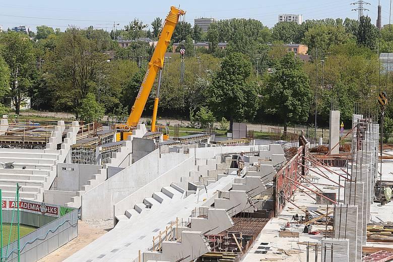Wielkie dźwigi na budowie stadionu ŁKS. Trybuny pną się w górę [GALERIA ZDJĘĆ]