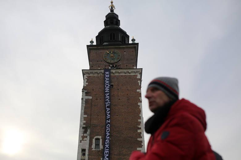 Kraków myślami z Gdańskiem. Mieszkańcy oddają hołd prezydentowi Pawłowi Adamowiczowi [ZDJĘCIA]