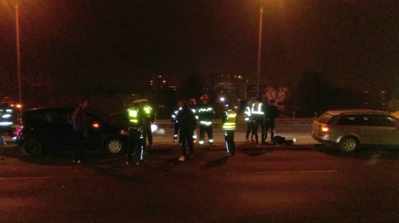 Groźny wypadek na Wiadukcie Dąbrowskiego. W karambolu wzięły udział cztery samochody. Spowodował go młody kierowca volkswagena golfa.