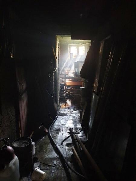 Pożar piwnicy w domu jednorodzinnym w Braniewie. Osoby mieszkające w budynku zostały ewakuowane (zdjęcia)