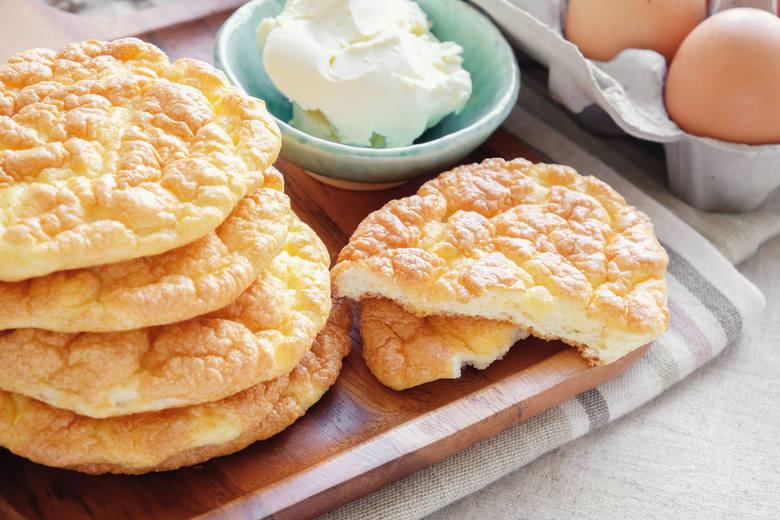 Wysokobiałkowe placki to częsty wybór na diecie ograniczającej węglowodany – zawierają tylko nieznaczne ilości tego składnika. Jak przygotować chlebek