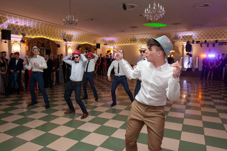 """Tegoroczni maturzyści z Technikum Handlowego w Bydgoszczy bawili się 24 stycznia na balu studniówkowym w """"Park Hotel"""". Odwiedził ich"""