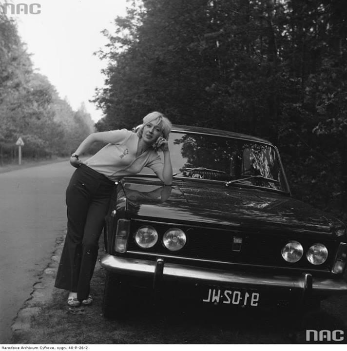 Grażyna Rutowska przy samochodzie Fiat 125p na poboczu drogi