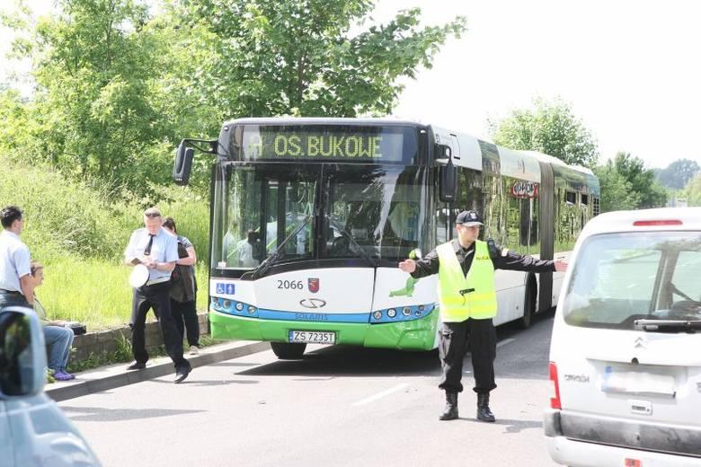 Na miejscu jest policja i pracownicy Zarządu Dróg i Transportu Miejskiego w Szczecinie.Nie powinno być większych utrudnień.