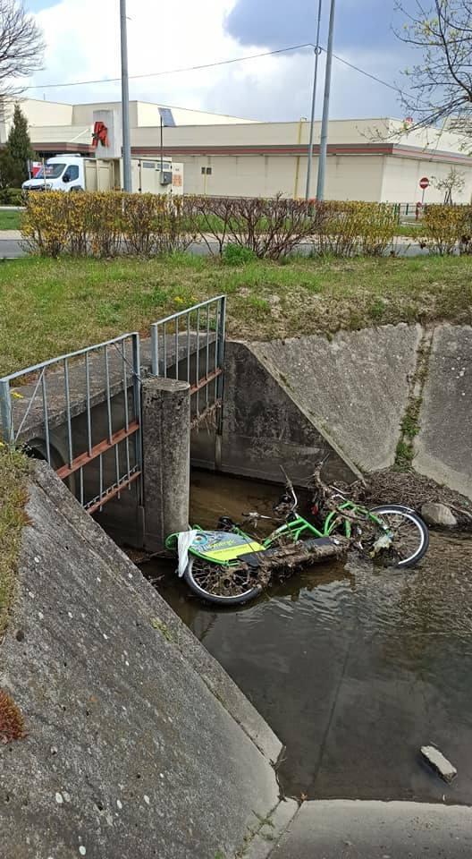 Ktoś wrzucił miejski rower do kanału. To jeden z wielu przykładów dewastacji tych pojazdów