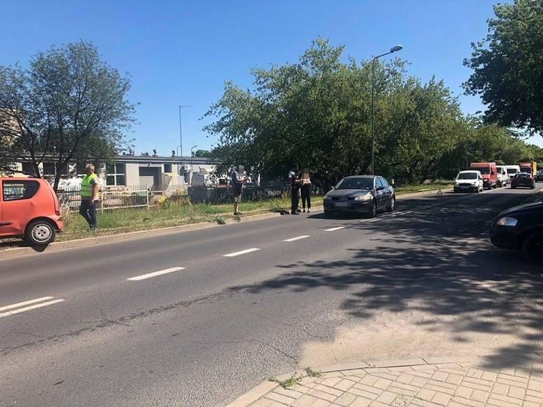 Do wypadku doszło w poniedziałek, 24 czerwca, na ul. Działkowej. Zderzyły się trzy samochody. Sprawca uciekł.  Na miejscu jest już policja i karetka