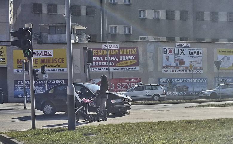 Do zdarzenia doszło w środę, 16 marca na skrzyżowaniu ulic Długiej, Łużyckiej i Dąbrówki. Kierująca fordem focusem wymusiła pierwszeństwo na kierującej