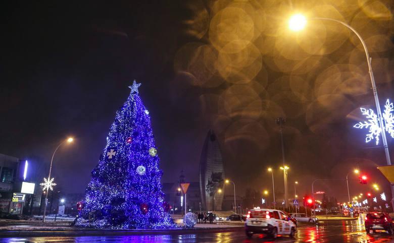 W Rzeszowie w nastrój Bożego Narodzenia wprowadzają świąteczne światełka, które pojawiły się m.in. na Rynku, ul. 3 Maja i al. Cieplińskiego.ZOBACZ TEŻ: