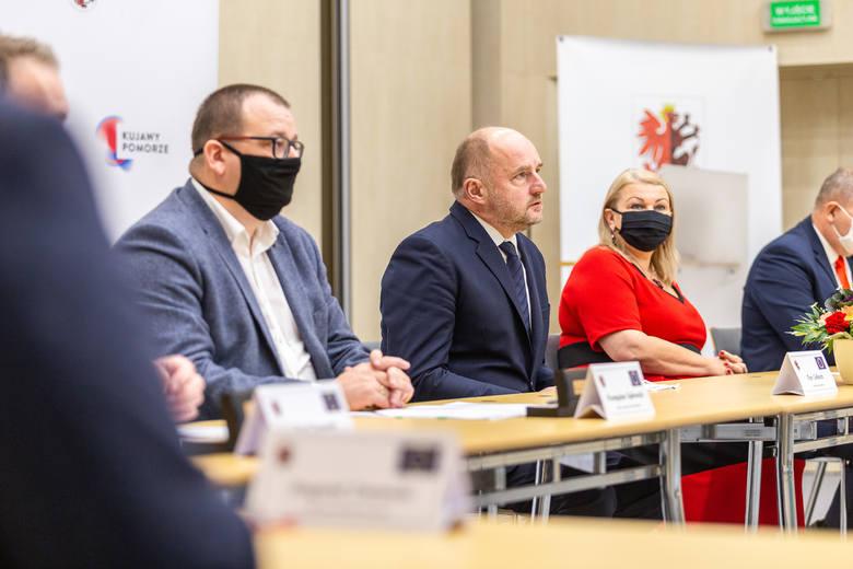 W uroczystości podpisania umowy z wykonawcą uczestniczyli: marszałek Piotr Całbecki, wicemarszałek Zbigniew Sosnowski, członek zarządu powiatu toruńskiego