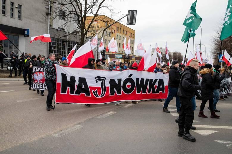 """W ubiegłorocznym Marszu wzięło udział około trzystu osób. Uczestnicy mieli flagi narodowe i ONR. Skandowali hasła jak: """"Cześć i chwała bohaterom"""","""