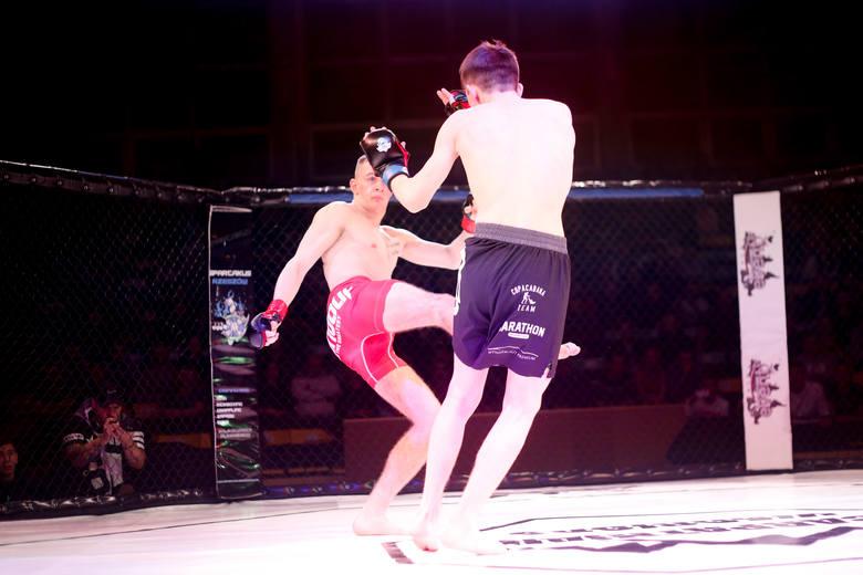 <strong>WYNIKI WALK NA CARPATHIAN WARRIORS 5 (zwycięzcy na pierwszej pozycji)</strong><br /> <strong>Karta wstępna<br /> 84 kg: </strong>Marek Zardzewiały (KARIM Przeworsk) – Sergiusz Zając (Spartakus Rzeszów) TKO w 1 rundzie<br /> Karga główna<br /> <strong>66 kg: </strong>Klaudia Syguła (Shark Top Team Łódź) - Karolina...