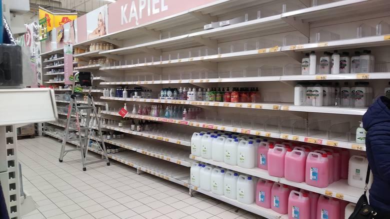 Koronawirus w Krakowie. Puste półki w niektórych sklepach! Brakuje podstawowych produktów