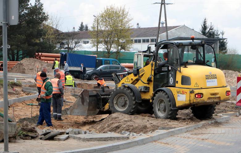 W przemysłowej części osiedla Mniszek w Grudziądzu geodeci wytyczyli przebieg nowej jezdni, która docelowo ma połączyć ulicę Droga Mazowiecka z rondem