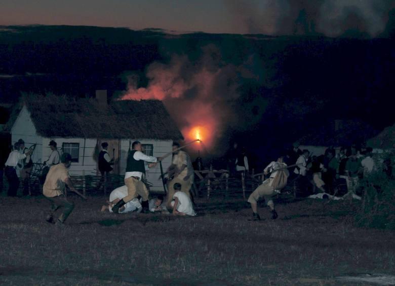 Rekonstrukcja rzezi wołyńskiej pod Przemyślem wywołała wiele kontrowersji. Zgromadziła jednak tłumy...