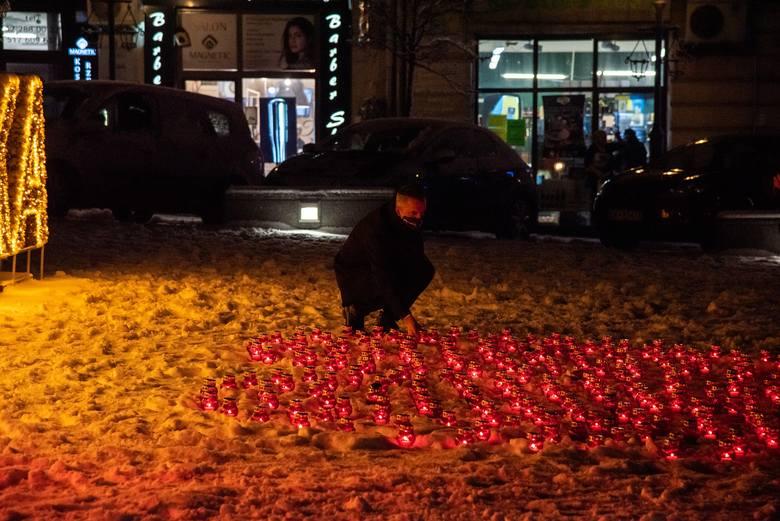 """Wieliczka dla Pawła Adamowicza. Na rynku zapłonęło serce ze zniczy. Powstała petycja """"Powstrzymajmy nienawiść"""" [ZDJĘCIA]"""