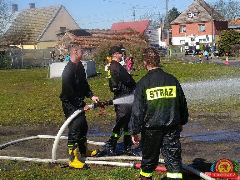 Zabierzcie ze sobą sikawki, pistolety na wodę, wiadra, wszystko inne  z czego można lać wodę i najważniejsze... dużo dobrego humoru ! - apelowali strażacy.