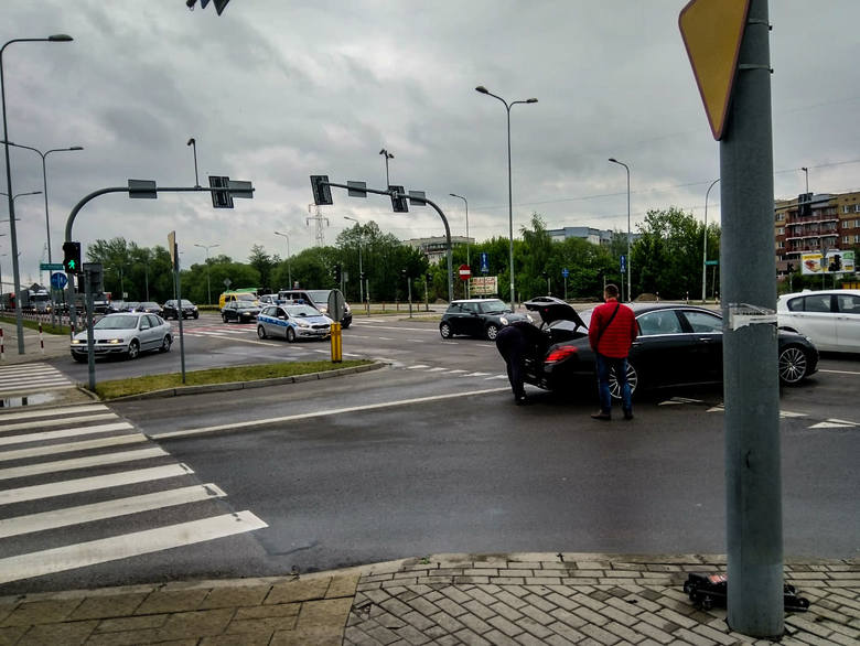 Kierowca opla wjechał na skrzyżowanie na czerwonym świetle i uderzył w mercedesa