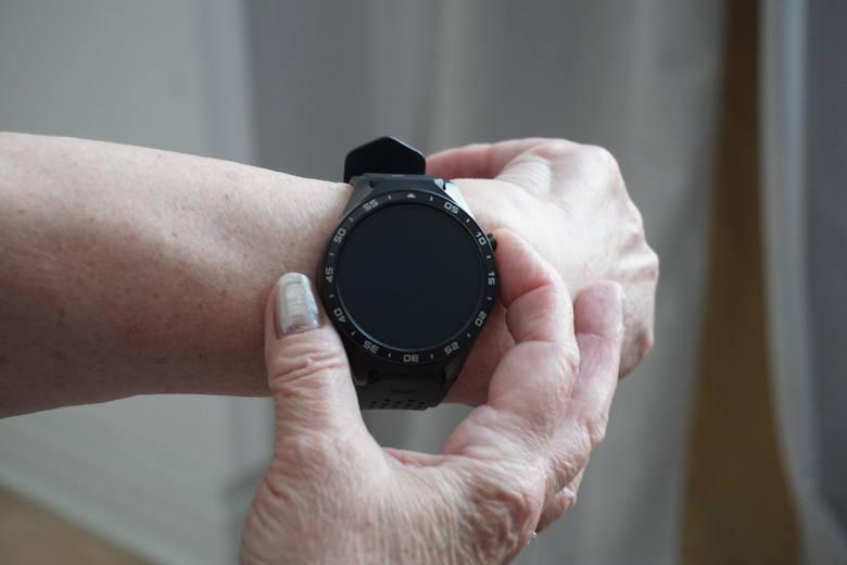 Seniorzy w Łodzi muszą zwracać elektroniczne opaski, dotąd bezpłatnie monitorujące ich stan zdrowia. Władze miasta prezentowały projekt związany z tymi