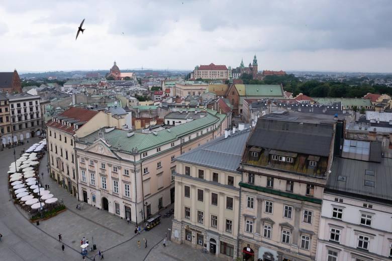 Wieża RatuszowaWieża jest jedyną pozostałością po budynku krakowskiego ratusza (sięgającego wysokości ul. Szewskiej), który od średniowiecza do XIX wieku