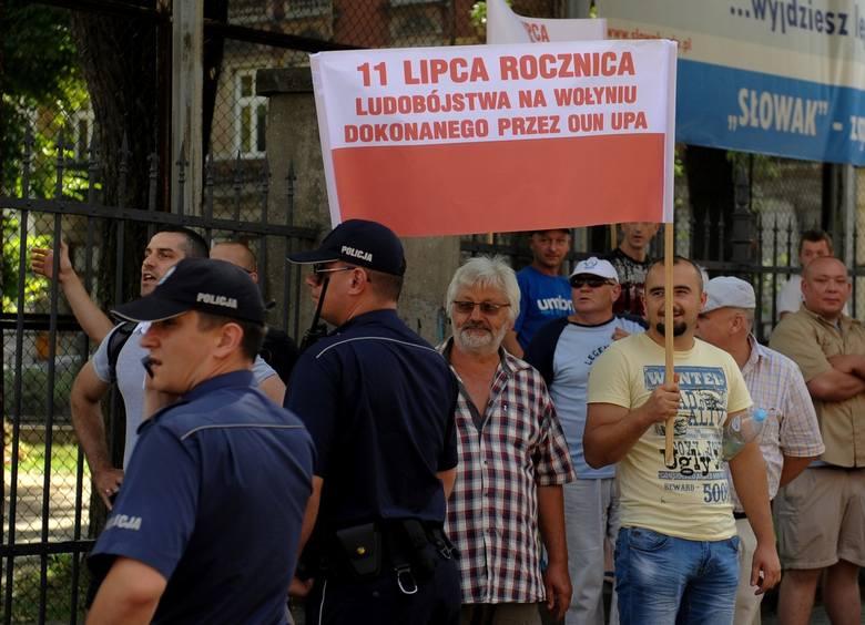 Po obu stronach ul. Słowackiego na uczestników marszu czekały grupy ok. stu osób. Głównie młodych mężczyzn, ale byli również starsi uczestnicy. Część trzymała transparenty.<br />
