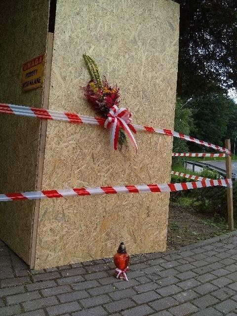 Zdjęcia rozebranego pomnika ku czci żołnierzy poległych z bandami UPA w Birczy. Miejsce zostało już osłonięte płytami.