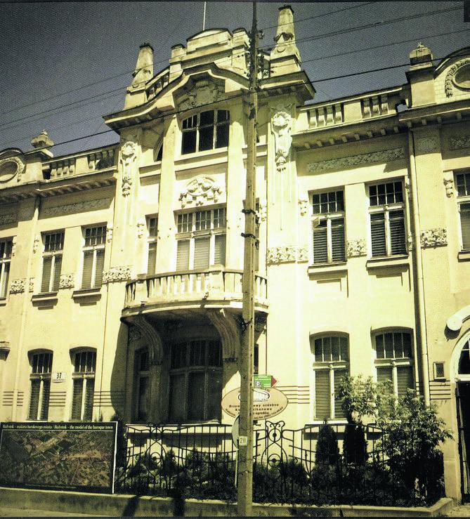 W latach 1944 - 1945 przy ul. Warszawskiej swoją siedzibę miał sowiecki Smiersz. Obecnie znajduje się tutaj Muzeum Historyczne