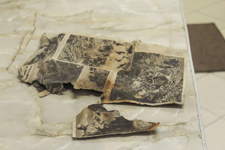 Przedmioty ukryte w kankach były poprzekładane gazetami. Jedne zachowały się w doskonałym stanie, paczka papierosów wygląda na przykład, jakby została wyprodukowana wczoraj, suknie pani Amalii Stoyke prezentują się natomiast tak, jakby przez tych kilka dekad wisiały w szafie, a nie spoczywały pod...