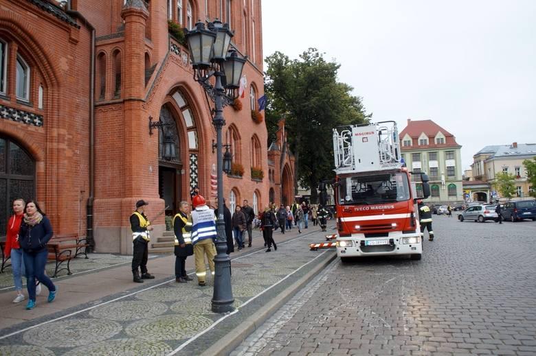 Dzisiaj kilka minut po 15., w słupskim ratuszu na drugim piętrze w sali 211, wybuchł pożar. PSP z ul. Młyńskiej w kilka minut dojechali na miejsce akcji