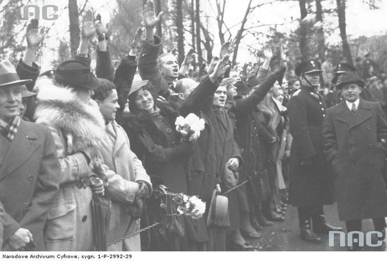 Publiczność defilady wojskowej z okazji Święta Niepodległości w Krakowie