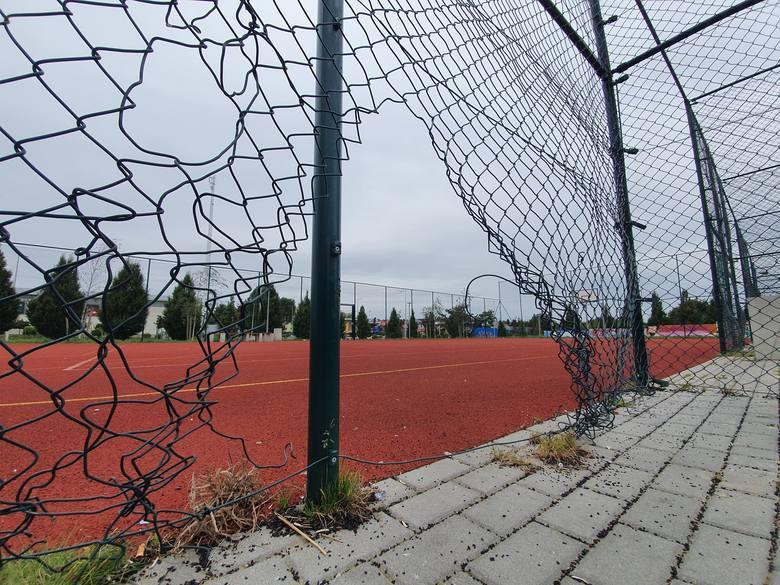 Zarząd Infrastruktury Miejskiej w Słupsku naprawę ogrodzenia orlika w parku Witkacego miał przeprowadzić do końca sierpnia, jednak tego nie zrobił.
