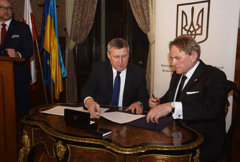 W 2017 roku otworzono kolejna placówkę w Łodzi. Kosulem Honorowym Ukrainy został Bogdan Henryk Wysocki (po prawej). Na zdjęciu razem z  Ambasadorem Ukrainy w Polsce Andriem Deszczycią. <br />