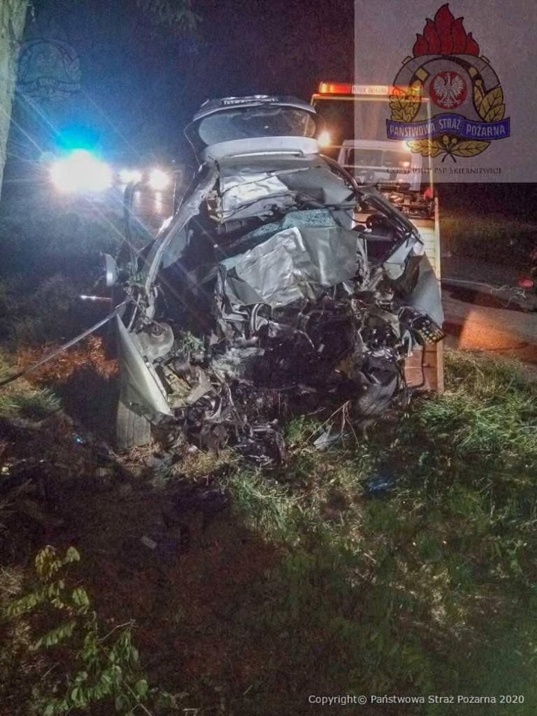 Samochodem kierował mężczyzna w wieku około 25 lat. Zginął na miejscu.