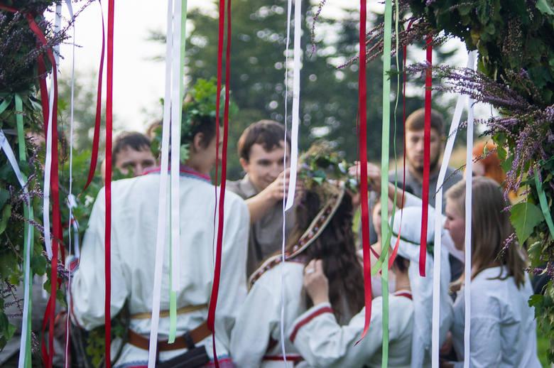 Swaćba się dokonała, młoda para wstąpiła na nową drogę życia - małżeństwo. Za bramą na Ludmiłę oraz Jaczewoja czekają goście, którzy składają młodej parze życzenia oraz wręczają podarki.