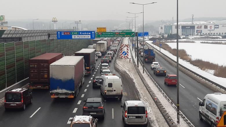 Wypadek TIRa na A4 w Katowicach spowodował ogromne korki na autostradzie.Zobacz kolejne zdjęcia. Przesuwaj zdjęcia w prawo - naciśnij strzałkę lub przycisk
